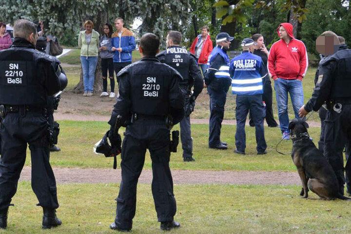 Die Beamten stellten sich zwischen Provokateure und Demonstranten.