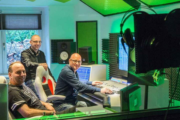 """Sebastian Seidel (32. v.l.) alias """"DJ Rixx"""" hat das Studio mit seinen Freunden Andreas Brückner und Martin Bonitz eröffnet."""