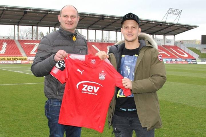 Sportdirektor David Wagner mit Fabian Schnabel (24).