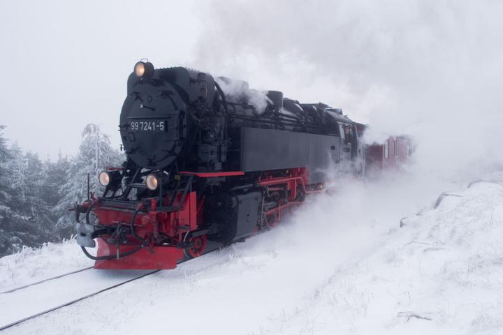 Eine Lok der Brockenbahn steckt im Schnee-Chaos fest.