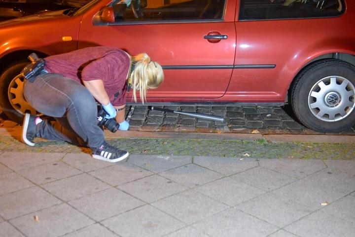 In der Nähe des Tatortes fanden Ermittler unter einem Auto einen Baseballschläger...