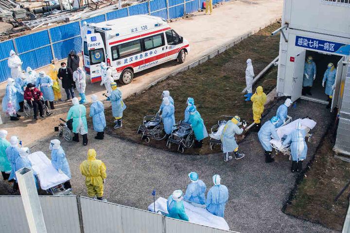Angestellte eines chinesischen Krankenhauses kümmern sich um die Coronavirus-Patienten.