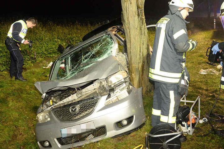 Die Frau krachte mit der Fahrerseite gegen den Baum.
