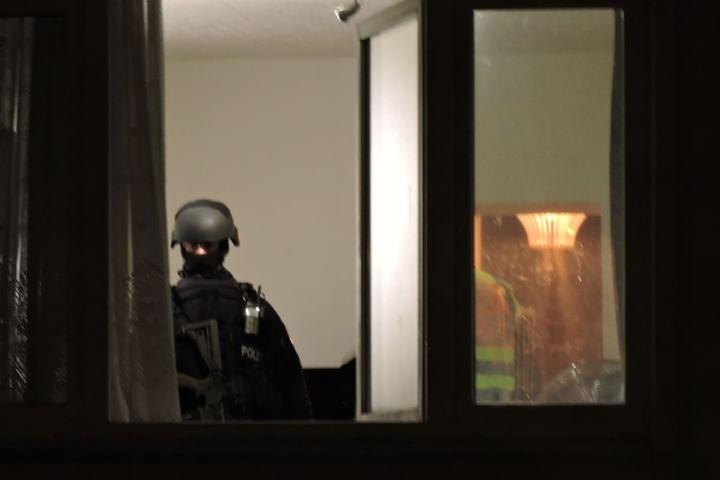 Ein SEK-Beamter steht in der Wohnung, in der der Angriff stattfand.