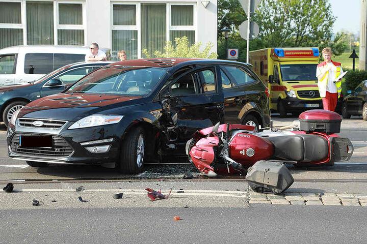Rettungskräfte versorgten den verletzten Motorradfahrer vor Ort und brachten ihn anschließend in ein Krankenhaus.
