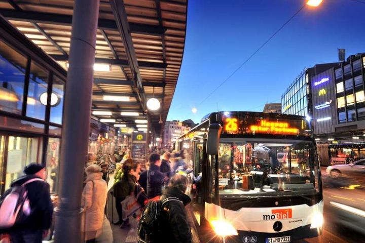 Auch in der Silvesternacht fahren die Busse vom Jahnplatz.