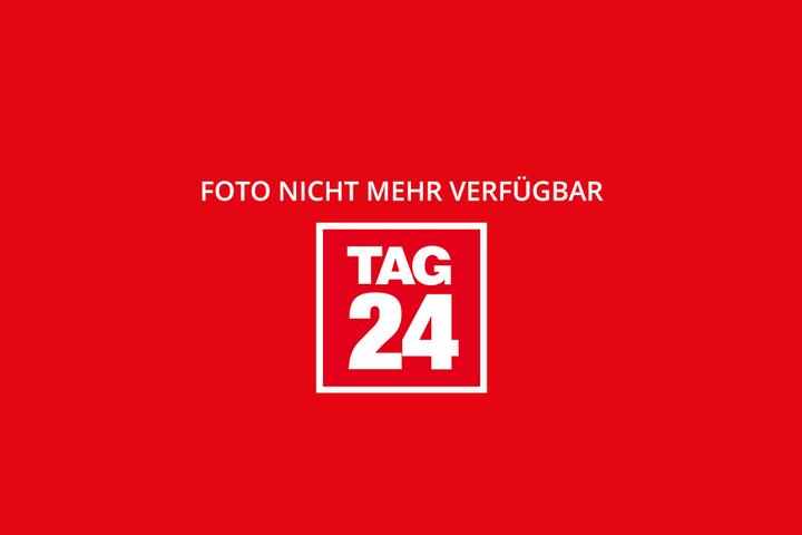 """Am Dresdner Schloßplatz sprühte der Berliner """"Rugby87"""" seine Botschaft an PEGIDA auf eine Folie."""