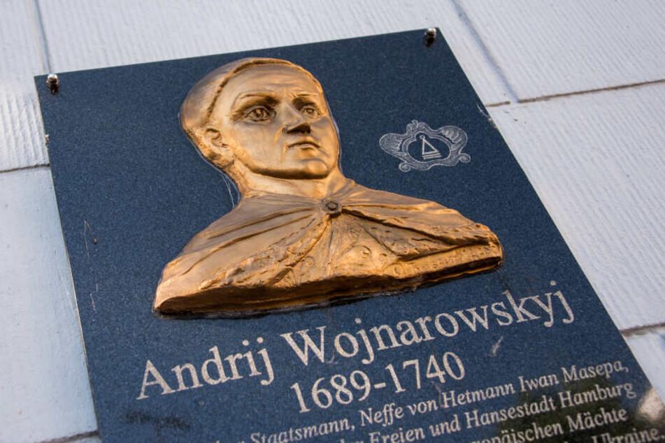 Eine Gedenktafel an Andrij Wojnarowskyj, Ukrainischer Staatsmann, hängt am Generalkonsulat der Ukraine.