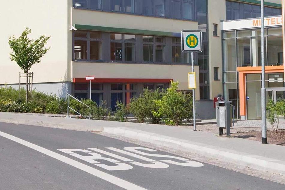 An einer Haltestelle in Herford ließ ein Busfahrer eine 14-Jährige einfach stehen.