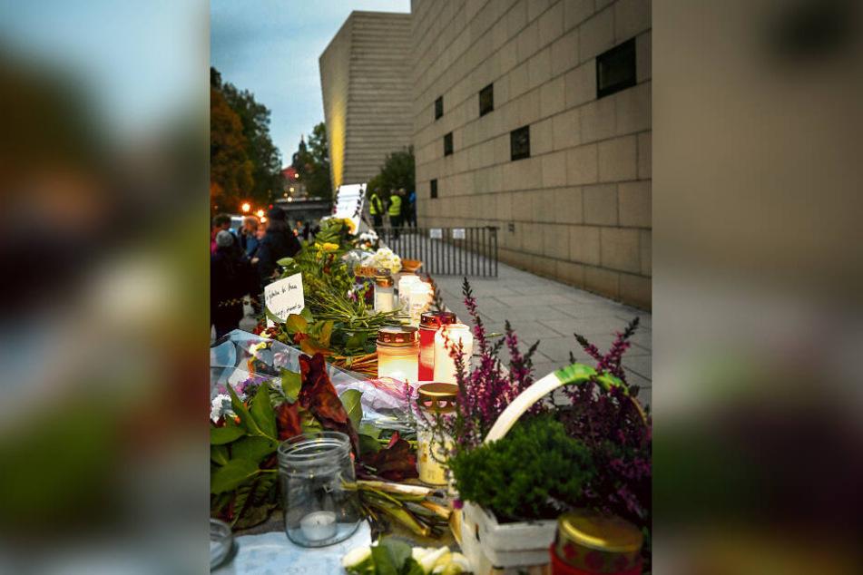 Mit Blumen und Kerzen wurde der Opfer von Halle gedacht.