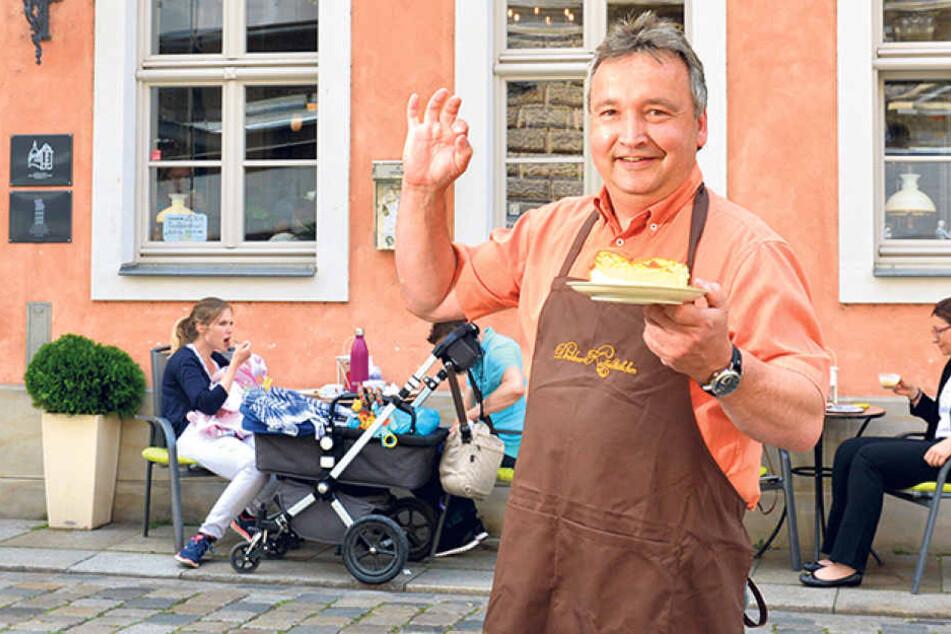 """Ralf Müller (50), Chef im """"Dresdner Kaffeestübchen"""", zeigt seine Eierschecke."""
