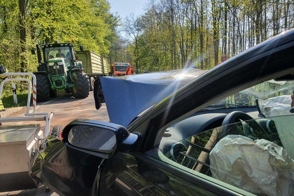 Auto kollidiert mit Traktor: Mindestens eine Person verletzt