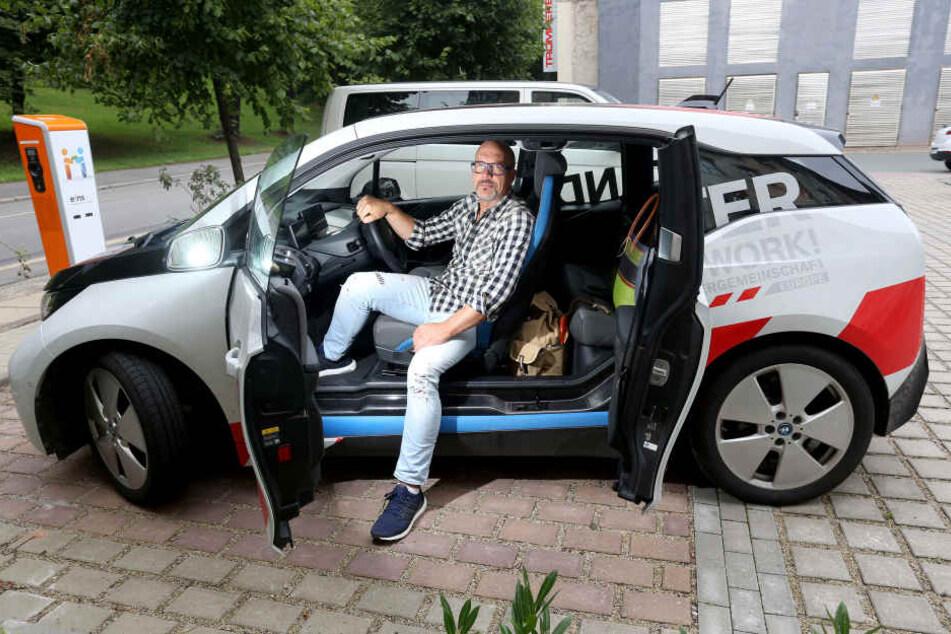 Unternehmer Torsten Schmidt (49) hat sich einen BMW i3 zugelegt. Für kurze Strecken wie nach Leipzig reicht der Akku. Nach Köln würde die Fahrt aber zwei Tage dauern - wegen des Aufladens.