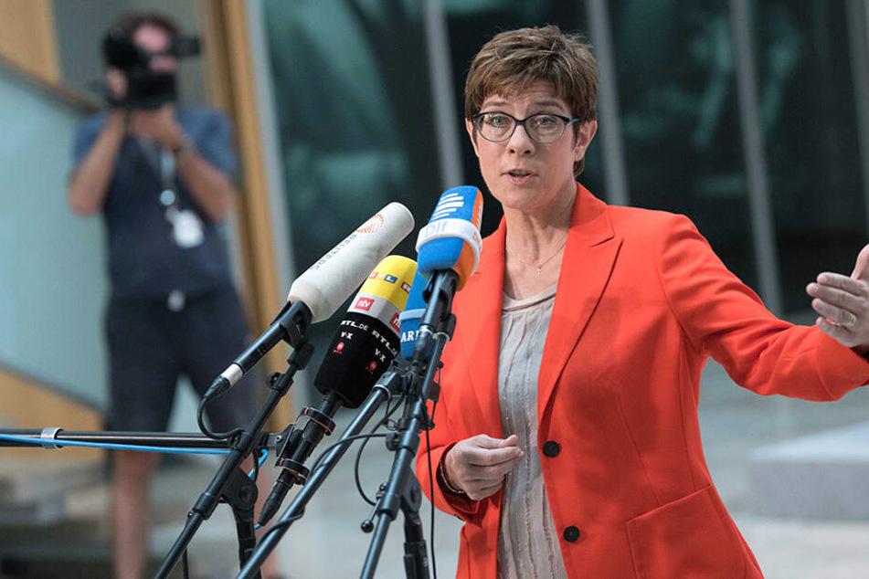 Annegret Kramp-Karrenbauer sei regelrecht froh, dass Maaßen nicht mehr Verfassungsschutz-Chef ist.