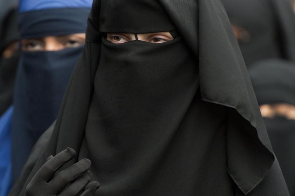 Verschleierte Frauen bei einer Salafisten-Veranstaltung. (Symbolbild.)
