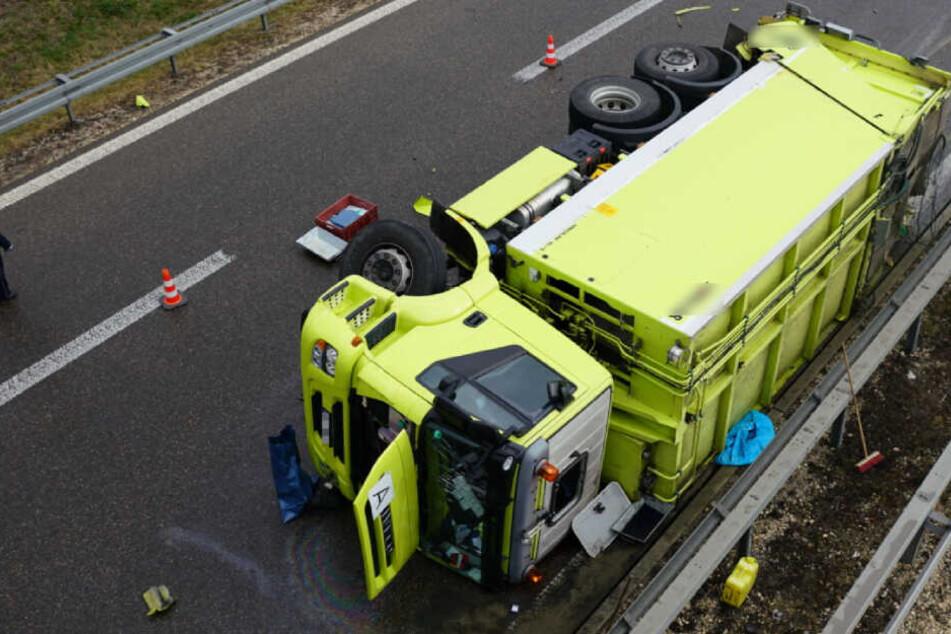 Müllwagen umgekippt: Zwei Menschen schwer verletzt