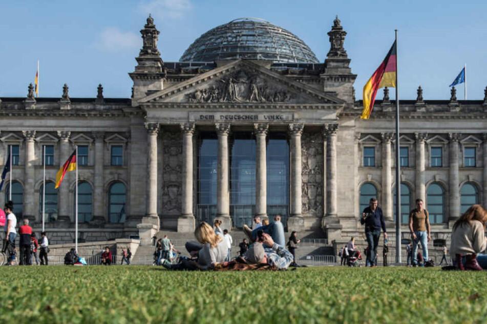 Der Platz der Republik vor dem Reichstag bietet sich als Standort für das Einheitsdenkmal an.