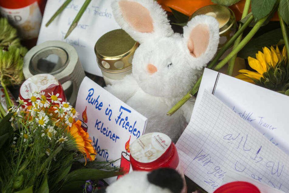 Mit Blumen, Kuscheltieren und Kerzen zeigen die Menschen am Bahnhof ihre Trauer.