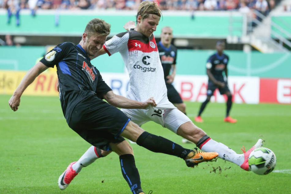 Marc Hornschuh (rechts) versucht in einem seiner letzten Spiele vor der schweren Verletzung die Flanke zu verhindern.