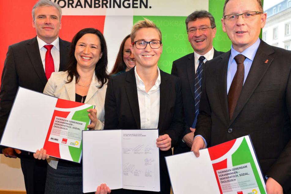 Bodo Ramelow (Link, v.r.n.l.), Dieter Lauinger (Grüne), Susanne Hennig-Wellsow (Linke), Stephanie Erben (Grüne), Anja Siegesmund (Grüne) und Andreas Bausewein (SPD) mit dem Koalitionsvertrag.