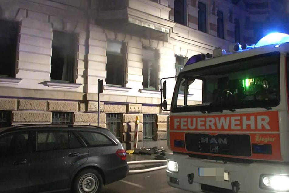 Als die Feuerwehr im Waldstraßenviertel eintraf, drang bereits Rauch aus den Fenstern in der Erdgeschosswohnung.