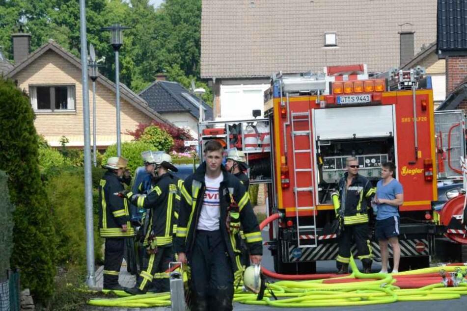 Nach dem erfolgreichen Löscheinsatz bringt ein Feuerwehrmann seine Ausrüstung zurück ins Fahrzeug.