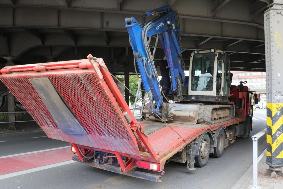 Chemnitz: Laster bleibt mit Bagger an Brücke hängen