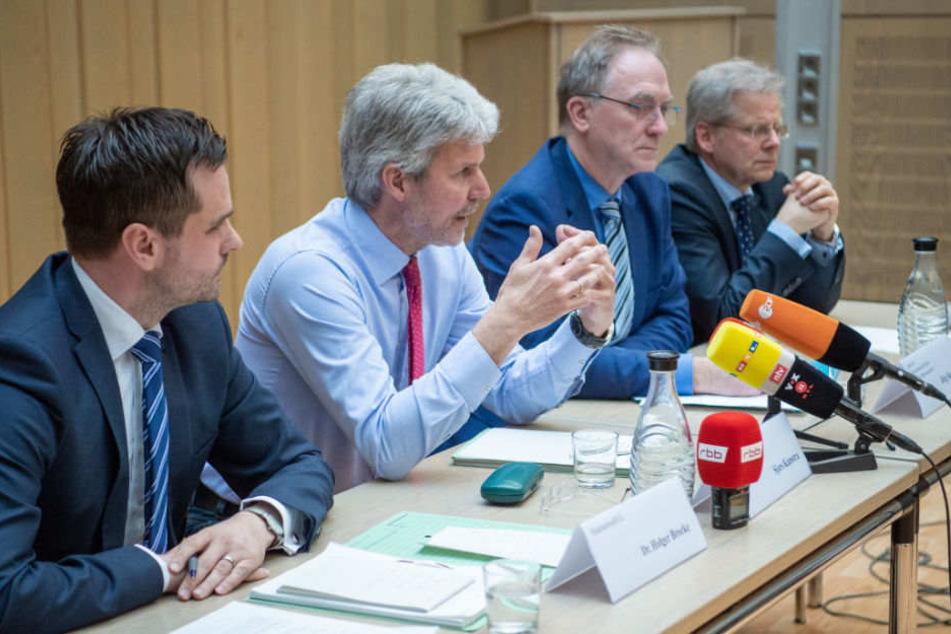Auf der Pressekonferenz standen Brocke (Staatsanwalt), Kamstra (Oberstaatsanwalt), Raupach (Leiter der Staatsanwalt Berlin) und Steltner (Pressesprecher Berliner Strafverfolgungsbehörden) Rede und Antwort.