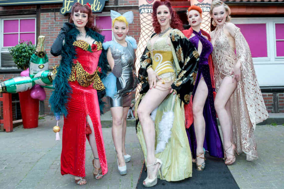 Diese Burlesque-Tänzerinnen sollen im Club zu sehen sein: Viola Vixen (von links nach rechts), Candy Pia, Eve Champagne, Tronicat la Miez und Setty Mois.