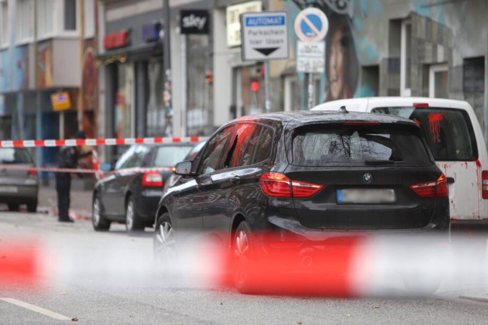 Eine Scheibe am Auto ging zu Bruch, die linke Seite ist voller roter Farbe.