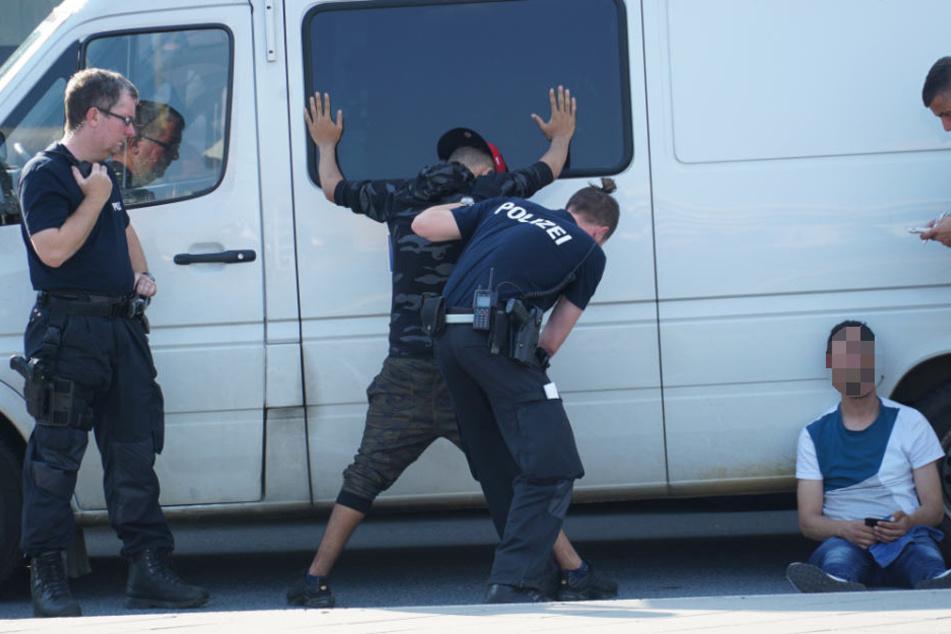 Die Polizei nahm einige Personen bei ihren Kontrollen fest. (Archivbild)