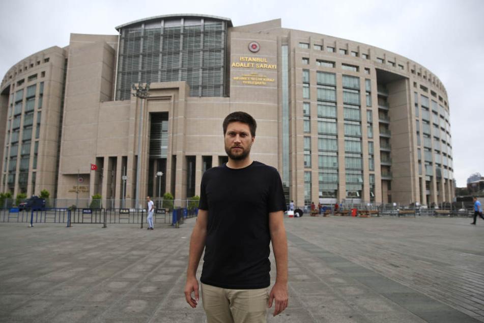 Andrew Gardner, Türkei-Experte von Amnesty International, vor dem Istanbul Gericht.