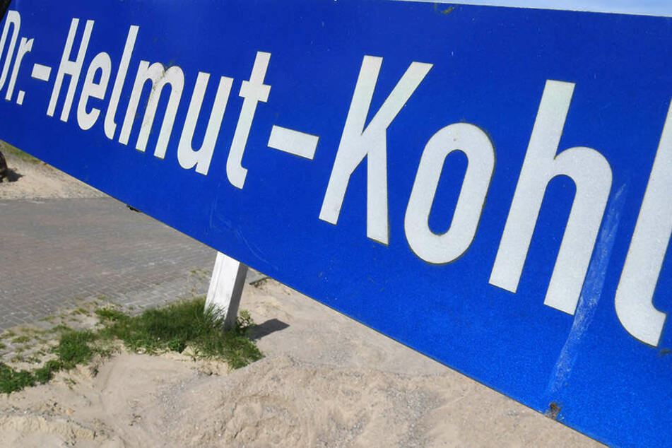 Einige Städte und Gemeinden haben Straßen und Plätze bereits nach Helmut Kohl benannt. In Dessau regt sich dagegen Widerstand. (Symbolbild)