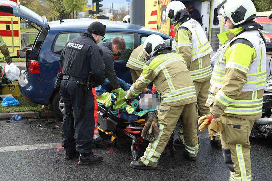 Die Rettungskräfte befreien die schwer verletzte VW-Fahrerin aus ihrem Wagen.
