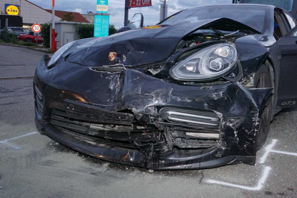 Der Porsche hat einen heftigen Schaden erlitten.