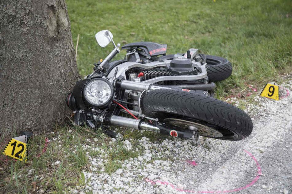 Der Motorradfahrer erlag noch am Unfallort seinen schweren Verletzungen.
