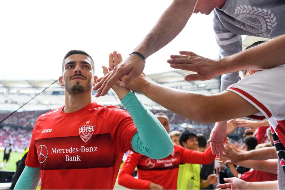 Fabian Bredlow klatscht Fans nach einem Spiel ab.