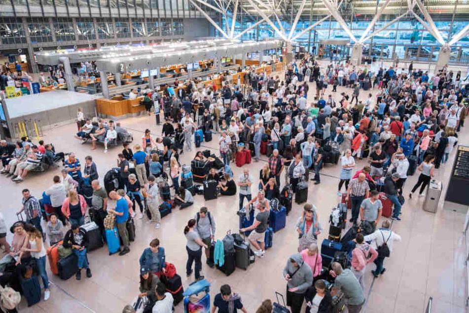 Reisende warten in einem Terminal im Helmut-Schmidt-Airport in Hamburg.