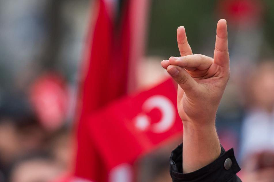 """München, April 2016: Bei einer pro-türkischen Demo zeigt ein Teilnehmer den """"Wolfsgruß"""" der Grauen Wölfe."""