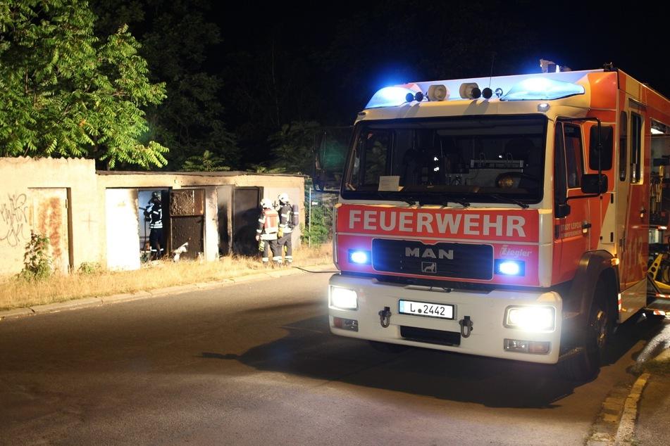 Die Feuerwehr löschte den Brand in der alten Baracke.