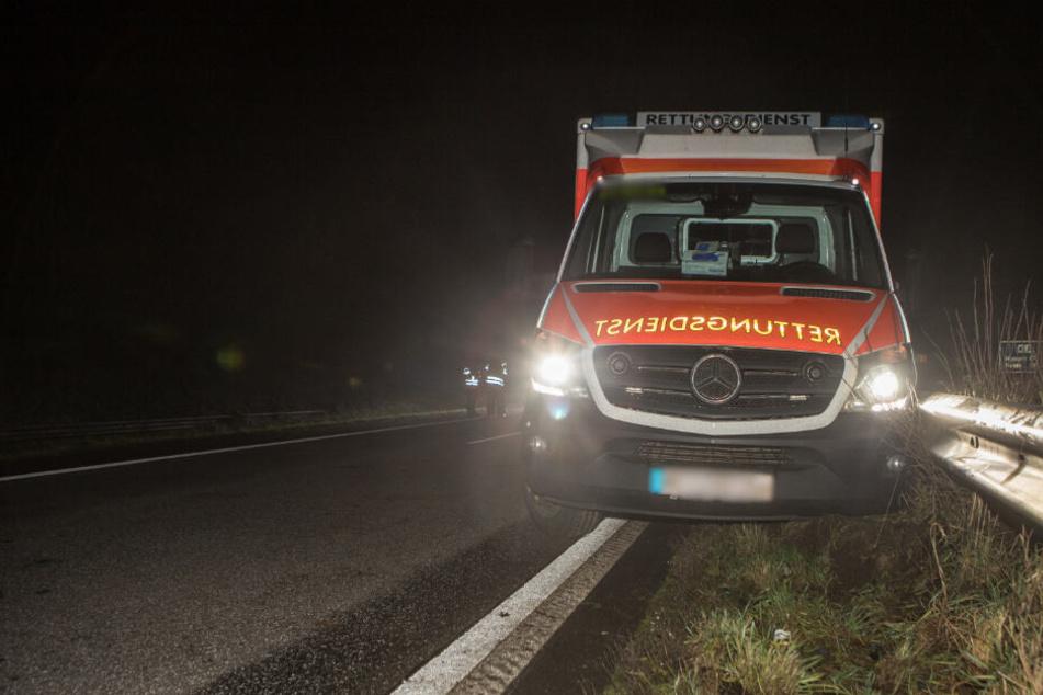 Der Rettungswagen krachte gegen die Mittelleitplanke.
