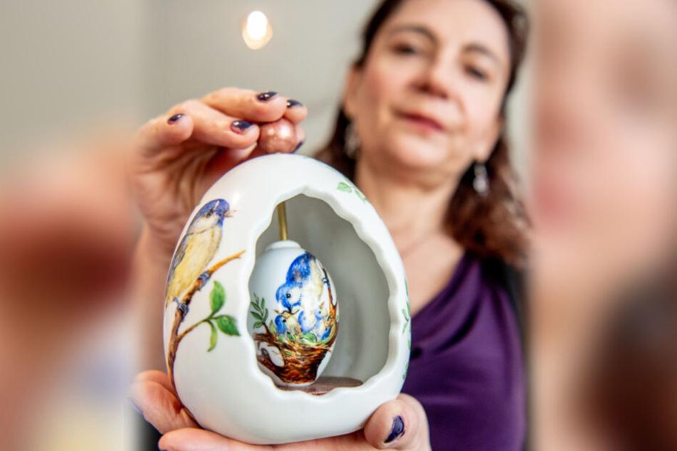 Jana Wendt mit einem aufwändigen Porzellan-Ei.