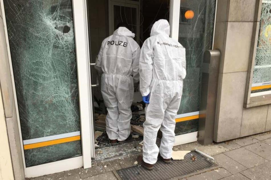Der Tatort wird von Spurenermittler inspiziert.