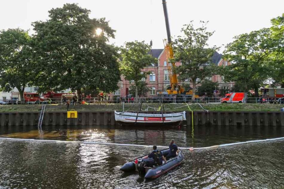 Rettungskräfte bei der Bergung des gesunkenen Bootes.