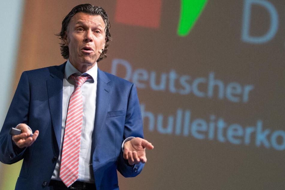 Urs Meier kritisiert die Auslegung der Handspielregel scharf.