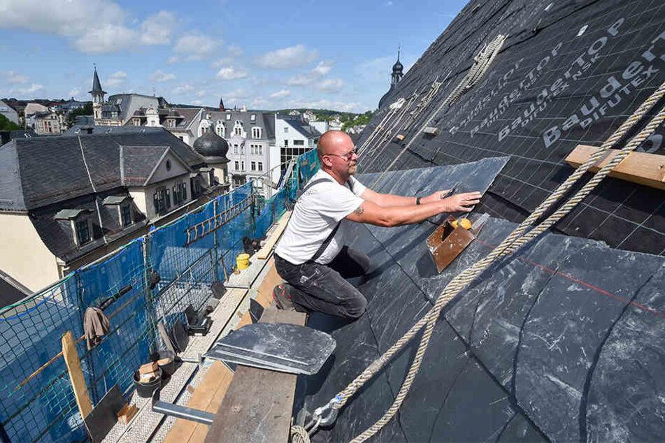 Joachim Viertel (59) ist der Stadtverwaltung aufs Dach gestiegen und deckt es mit neuen Schiefern ein.