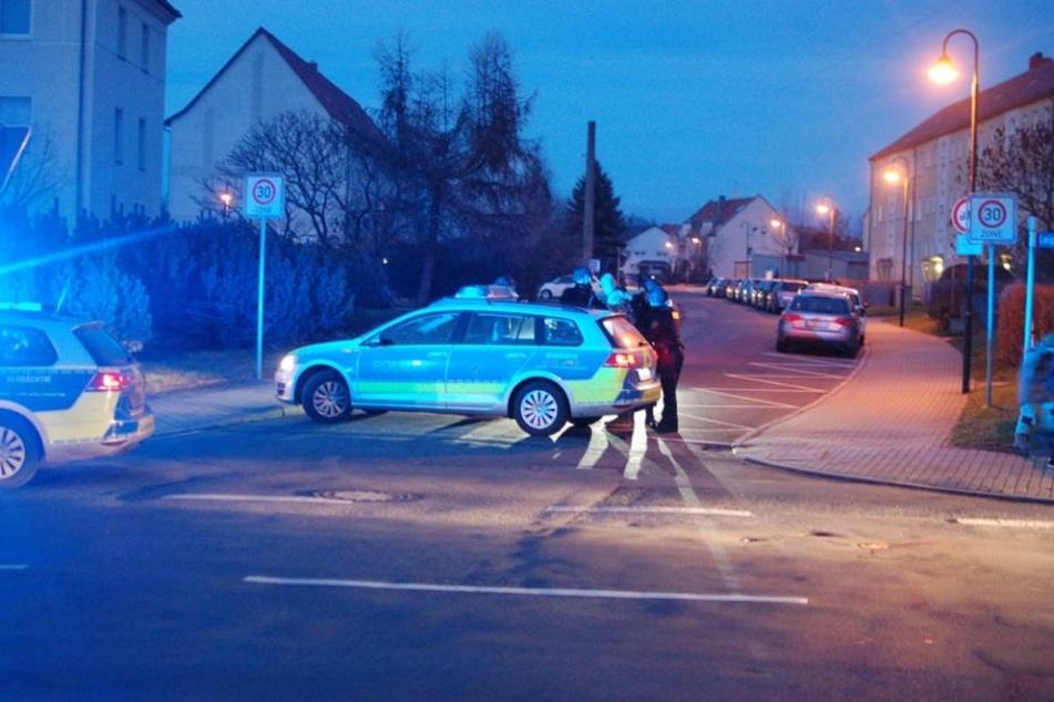 Polizisten nehmen einen der beiden Männer fest. Sie sollen unter anderem mit einer Schreckschusspistole aufeinander losgegangen sein.