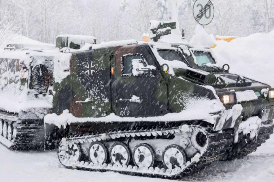Manchmal kommt nur die Bundeswehr mit ihren Fahrzeugen noch gegen die Schneemassen an.
