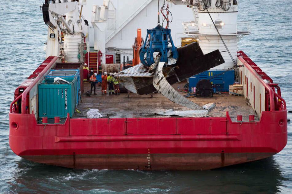 Das Bergungsschiff Geosund hebt vor der Nordwestküste der Niederlande einen Container vom Meeresboden.