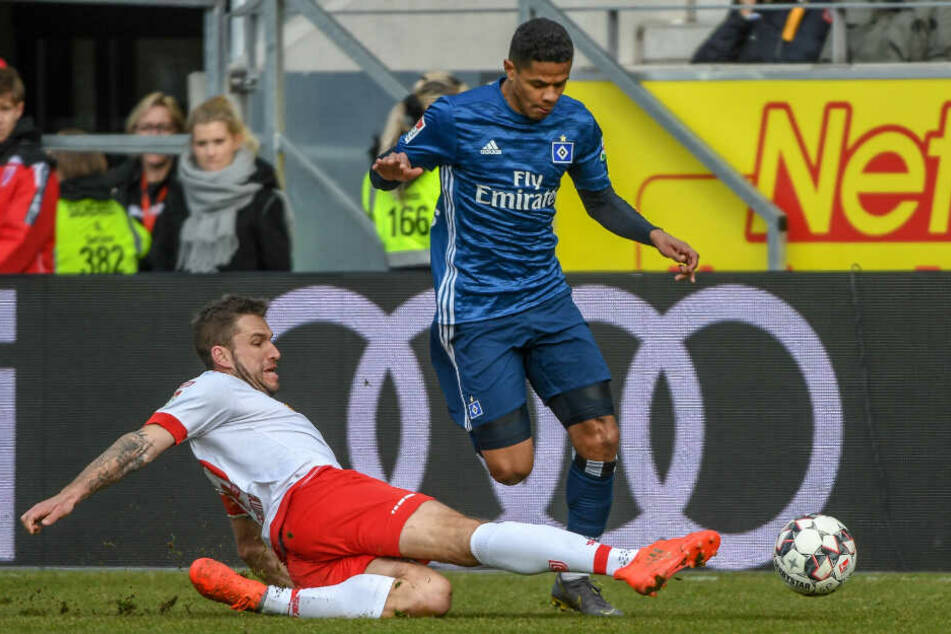 Douglas Santos wird fair von Marco Grüttner fair vom Ball getrennt.